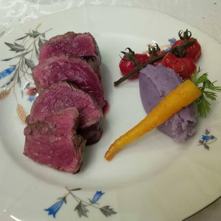 Filet pur de boeuf uruguayen juste bleu et au gros sel, vitelotte en quenelle, carotte jaune glacée et tomates cerises au four